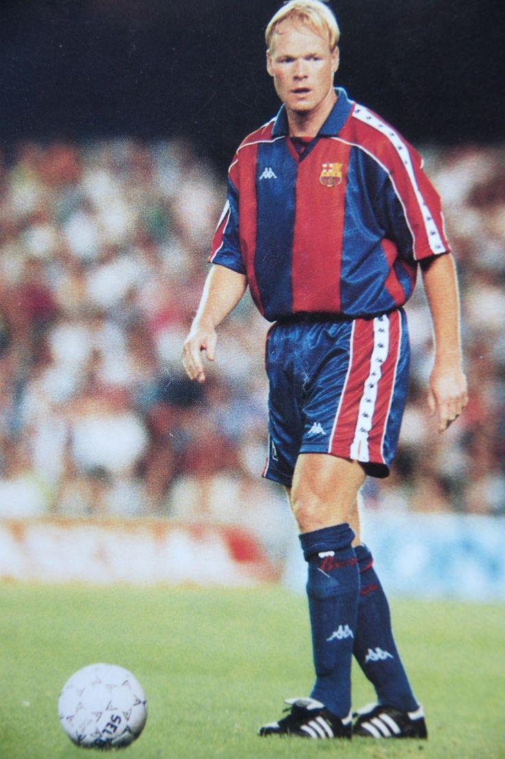 """Ronald Koeman Como futbolista, destacó jugando de centrocampista y, especialmente, de líbero. Jugó en los tres grandes clubes neerlandeses, el Ajax Ámsterdam, PSV Eindhoven y Feyenoord Rotterdam, y en el Fútbol Club Barcelona. En este último club formó parte del equipo que pasaría a la historia bajo el nombre de """"Dream Team"""" y con el que consiguió la primera Copa de Europa de la historia del F. C. Barcelona"""