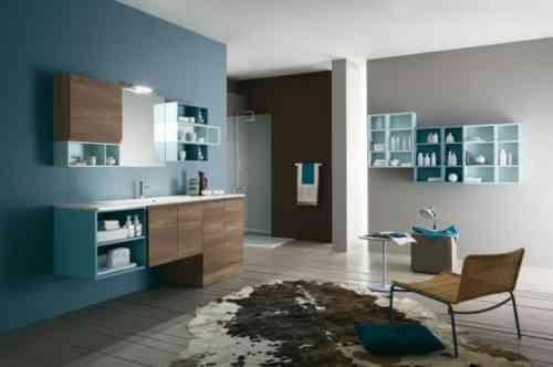 Bleu et marron dans un design salle de bains intéressant et inhabituel