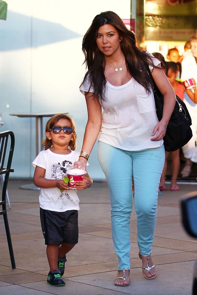 Kourtney Kardashian steps out wearing skinny jeans post-baby, says she's in no hurry to lose 45-pound pregnancy weight