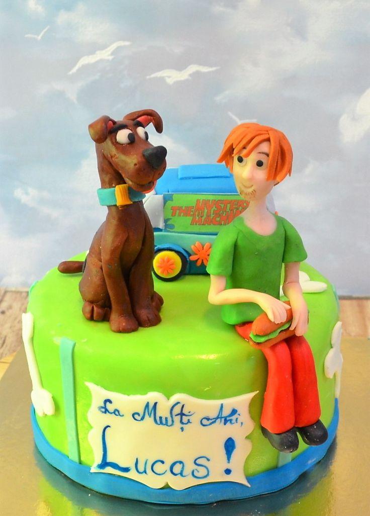 Scooby Doo si prietenul lui cel mai bun, Fred, doua personaje care fac istorie, sunt si vedetele acestui tort pentru copii, decorat cu detalii si simboluri specifice, gata pregatit pentru petrecerea micutului tau.
