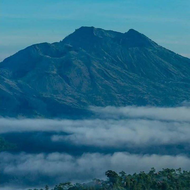 Gunung Batur Merupakan Salah Satu Gunung Api Di Bali Yang Saat Ini Masih Aktif Gunung Batur Memiliki Jalur Hiking Yang Mudah Da Gunung Berapi Bali Pemandangan