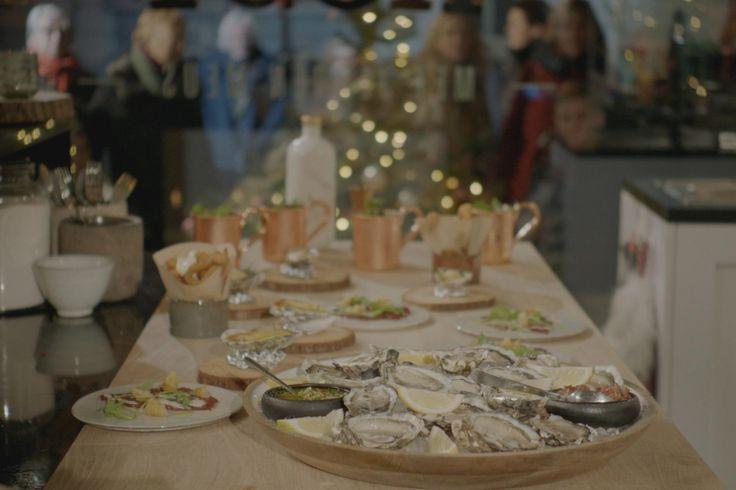 Een Moscow Mule, carpaccio van hert, gegratineerde oesters, rauwe oesters en gefrituurde pladijs met dipsausjes: een perfecte start van het kerstdiner!
