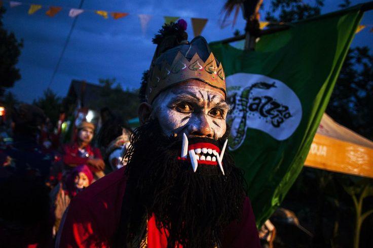 Warga dengan pakaian tokoh pewayangan mengikuti Ngayogjazz 2013 di Desa Wisata Sidoakur, Godean, Sleman, Yogyakarta, Sabtu (16/11) malam. Ng...