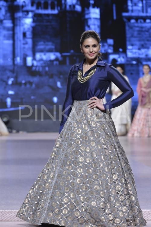 Huma Qureshi, Athiya Shetty, Shabana Azmi, Armaan Mallik and Sophie Choudry dazzled last night as they walked the ramp for Manish Malhotra's show, or...