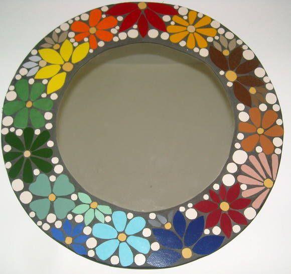 Espelho em mosaico, com motivo floral. bem colorido. 40 de diametro. R$ 120,00
