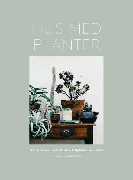 Hus med planter - Om at bo med sukkulenter, luftplanter og kaktus. Udgivet af Gyldendal. Bogens ISBN er 9788702224474, køb den her