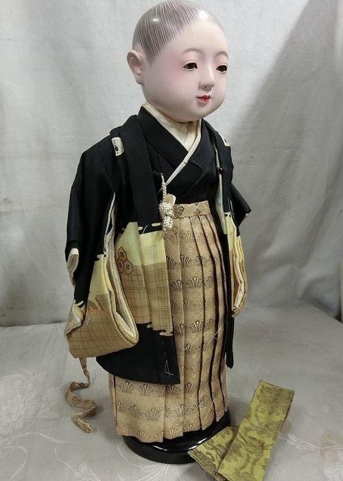 Grote Ichimatsu Ningyo pop gesigneerd en gestempeld (ca. 42 cm) - Japan - begin 20e eeuw  Zeer fraaie Japanse Ichimatsu NingyoGemaakt volgens oude traditie en werkelijk prachtig van detailDe kleding is gemaakt van stof en zijde.Deze poppen werden in japan ook vaak geschonken als huwelijkskadoze worden dan ook wel vriendschap poppen genoemd.De afwerking is dan ook schitterend met oog voor detailDe hoogte van de pop is ongeveer 42 cmWord geleverd in originele boxEcht een prachtige pop voor de…
