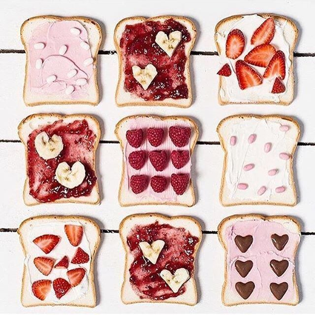 Mhmmm, so könnte doch glatt jeder Tag losgehen  Ok, wenn jemand vorbei kommt, und uns die Brote anrichtet, denn selbst reicht die Motivation morgens nur für's Müsli... #repost @hipster_mum #toast #erdbeeren #himbeeren #flatlay