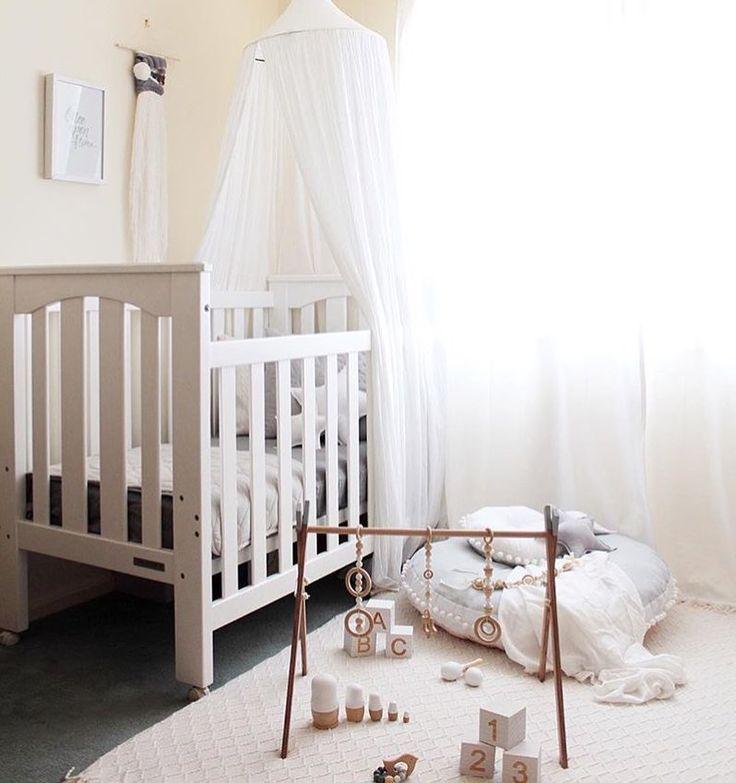 Light and bright ✨ by @steph.soj #white #boysroom #gutterom #girlsroom #jenterom #interiør #inspo #barnerom #barneinteriør #barneinspo #barneromsinteriør #gravid #nyfødt #newborn #babyroom #barsel #mammaperm #mammalivet #småbarnsliv #interior #kidsinspo #kidsinterior #kidsdecor #nursery #nurserydecor #barnrum