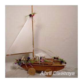 Barco de marquetería para anillos decorado con flores de primavera. Un de los complementos de boda ideales como porta anillos.
