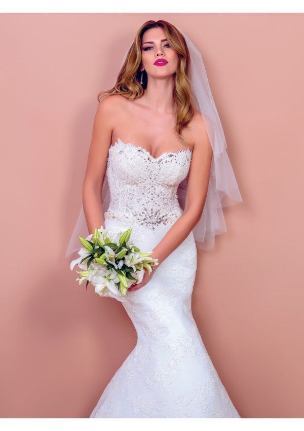Tina is the glamorous wedding dress a fashionista dreams about. It is the wedding gown that makes a statement of luxury in your favor, a sophisticated mermaid style that makes your silhouette appear taller and sexier.