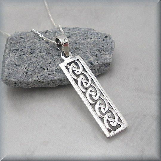Mooie Keltische knoop bar ketting. Ongewone rechthoekige vorm met mooie details.  Hanger is 1 1/4 lange (3,2 cm). Sterling zilveren hanger en vak keten.  Sieraden is verpakt in een doos katoen bekleed voor cadeau geven.  Zie meer Bonny juwelen bij http://bonnyjewelry.etsy.com  Als dit een geschenk is en u zou graag een korte opmerking met het item op te nemen, kunt u deze informatie opnemen in de nota aan Bonny sieraden vak wanneer u de kassa.