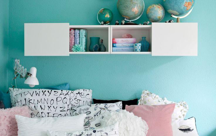 Las paredes azul pastel y las telas monocromáticas se complementan entre sí