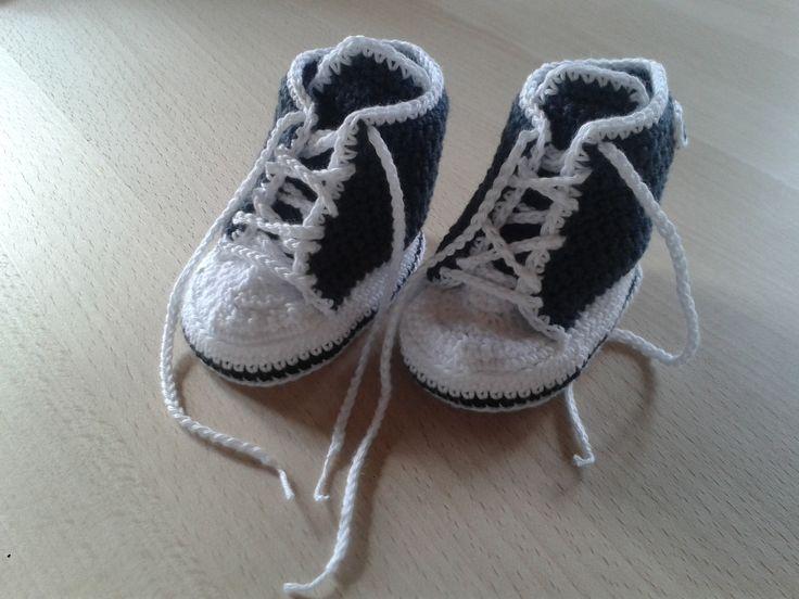 En dejlig hækleopskrift på de mest nuttede små Converse sko til babyer. Opskriften er nem at følge og bliver rigtig flot.