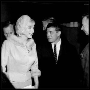 """1er Juin 1962 / (Part II) Marilyn et toute l'équipe du tournage de """"Something's got to give"""" fêtent son 36ème anniversaire sur le plateau du film... Une soirée l'attend, contre la lutte de la dystrophie musculaire, au """"Chavez Ravine Dodger Stadium"""", où elle est l'invitée d'honneur pour lancer un match de base-ball ; ce sera sa dernière apparition en publique."""