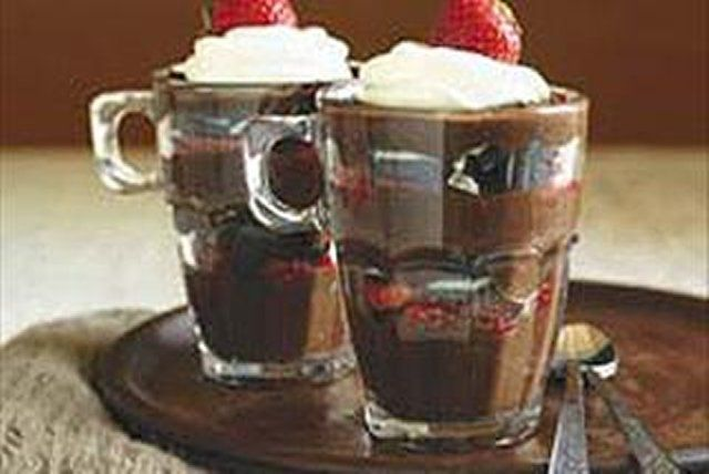 Parfaits au chocolat, aux fraises et aux biscuits --------------Ce dessert mariant fruits frais, pouding au chocolat et biscuits fera le bonheur des petits et des grands.