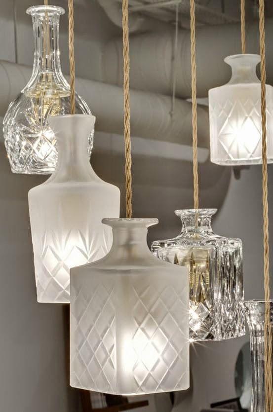 Garrafas de licor com desenhos interessantes demandam apenas a remoção do fundo para passar a lâmpada. Tornaram-se lindas luminárias.  Fotografia: Pinterest.
