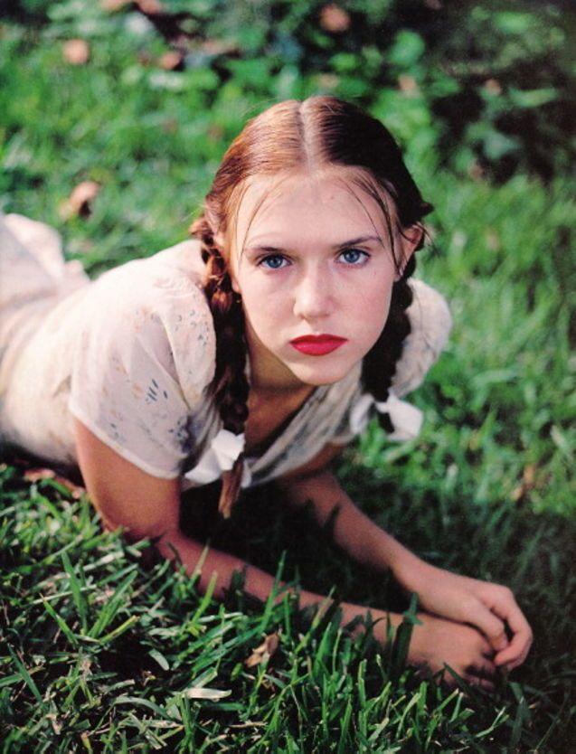 """DOLORES HAZE"" (""LOLITA"" - '97) ""#Dominique #Swain"" #muoti #bleek #nostalgie #kunst #pildid #jäähoki #nue #naakt #alastomat ""#Jenny #Lewis"" ""#Karen #Elson"" ""#Taylor #LaShae"" #indie #έμπνευση #kunst #Bonn ""#Wings #Hauser"" #PAL #VHS #vampier #Ponys #franges #bangs #Erasmus #Catalonië #Spanje #referendum #Grufti #grunge #goth #gothique #gotico #gamine #EU27 #Bohème #arthouse #Nymfomanka #Trier #Brexit #Trump #Iovotono"