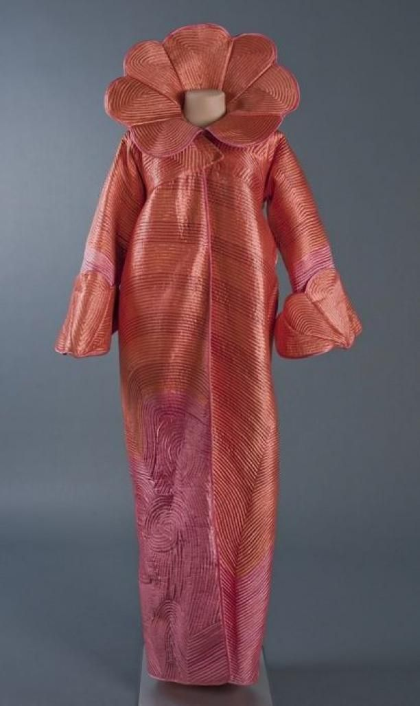 Avondmantel 'Chinese Zee' van oranje roze satijn matelassé | Modemuze