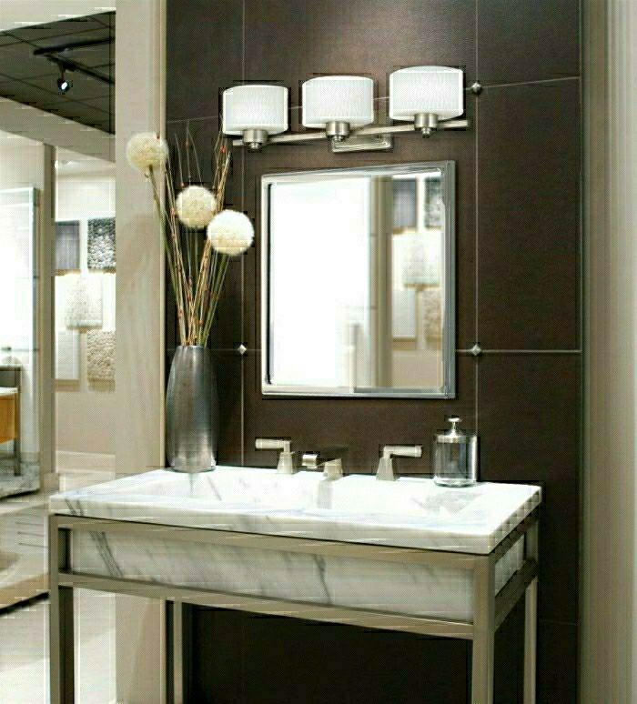 Salle de bain moderne avec un éclairage design