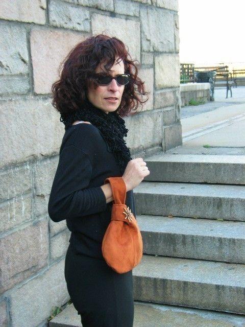 Diese Vegan Armband Tasche, Geldbörse, ist handgefertigt aus leichten olivgrün ULTRASUEDE Stoff (künstlichen Stoff, nicht Leder Produkt) und mit Kristall Steinen-Frosch-Brosche verziert. in USA hergestellt und ist umweltfreundlich die Armband-Tasche ist eine lustige und stilvolle Handtasche, das perfekt für ein Abendessen oder cocktail-Party oder nur eine Nacht in der Stadt! Was ich liebe dieses kleine Juwel ist, dass die Tasche am Handgelenk, das Sie bis zu halten einen Drink, einen Tell...