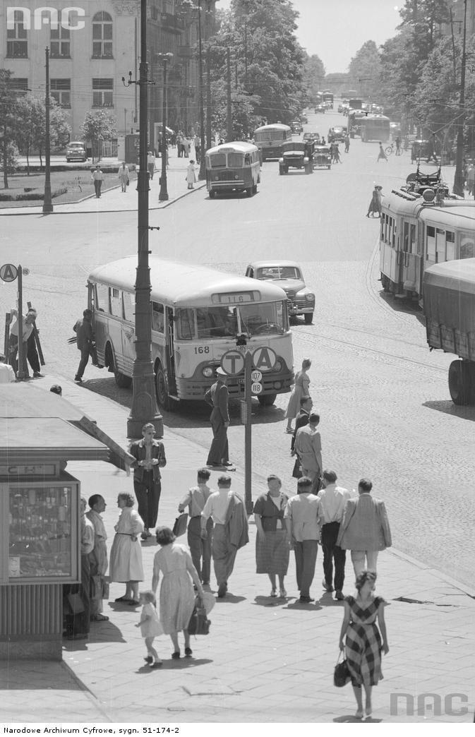 Warszawa - Aleje Ujazdowskie od strony placu Trzech Krzyży. Na przystanku autobus marki Chausson linii 116 (numer boczny 168). Z prawej widoczny tramwaj zmierzający w kierunku pętli, fot. Zbyszko Siemaszko (1957)