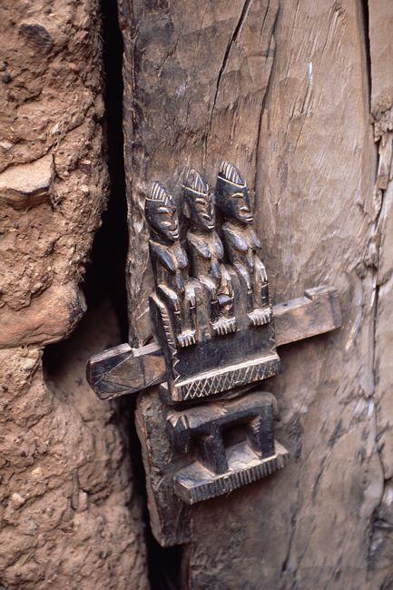 Africa. Detalhe da fechadura de uma porta de celeiro. No pais Dogon, Mali.  Fotografia: ©Michel Renaudeau.