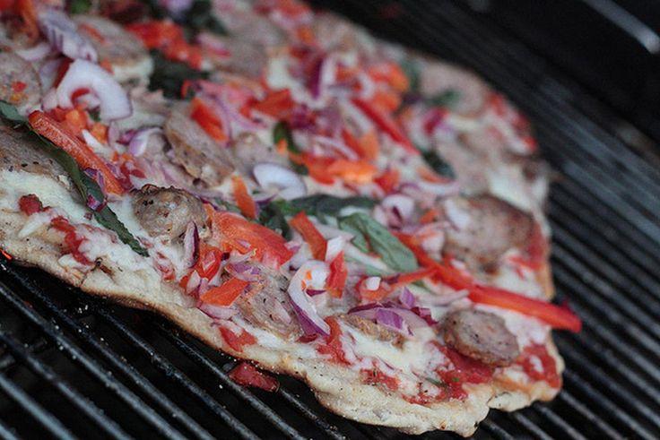 Пицца на тонком тесте на гриле