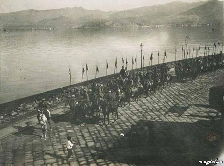 9 Eylül 1922 ordumuzun konak meydanına girişi