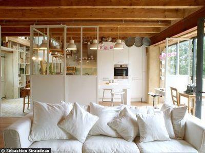 La pièce à vivre : cloison sur rail, la cuisine se ferme et s'ouvre sur le salon en un clin d'oeil.
