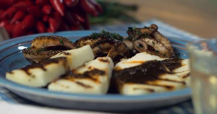 Prepara i moscardini alla busara di GialloZafferano, segui la ricetta tradizionale veneta e accompagnali con un contorno di polenta di farina bianca di mais.