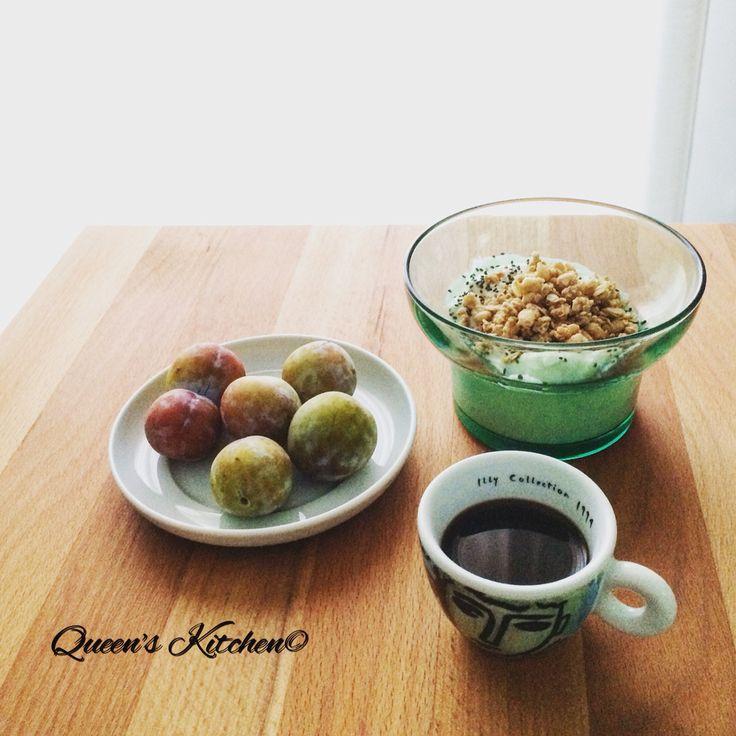 """""""Non credere mica che un istante di felicità sia poco. La felicità esiste solo sotto forma di attimi."""" Ignazio Silone #buongiorno con #caffè, frutta e yogurt greco con cereali e #semidichia☕️ follow Queen's Kitchen on Facebook  http://on.fb.me/1gq3DMB  #queensbreakfast"""