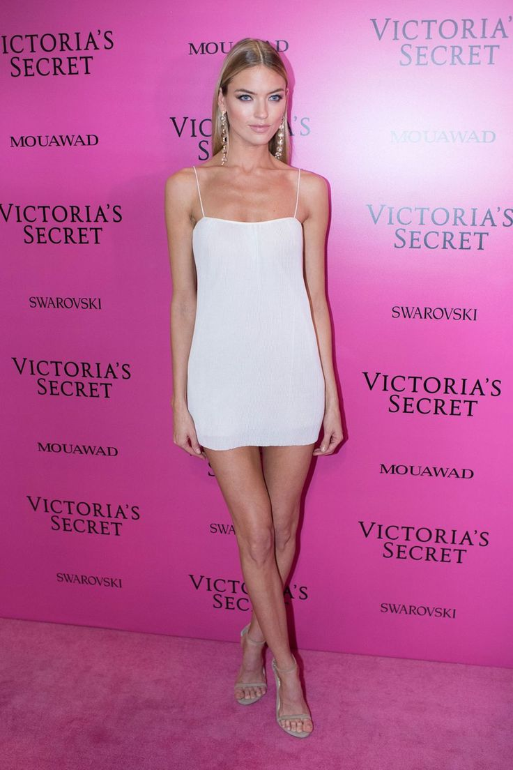Martha Hunt attends the 2017 Victoria's Secret Fashion Show Pink Carpet in Shanghái.