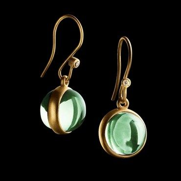 PRIME GOLD EARRINGS Gold plated earrings with round, green crystals. Julie Sandlau