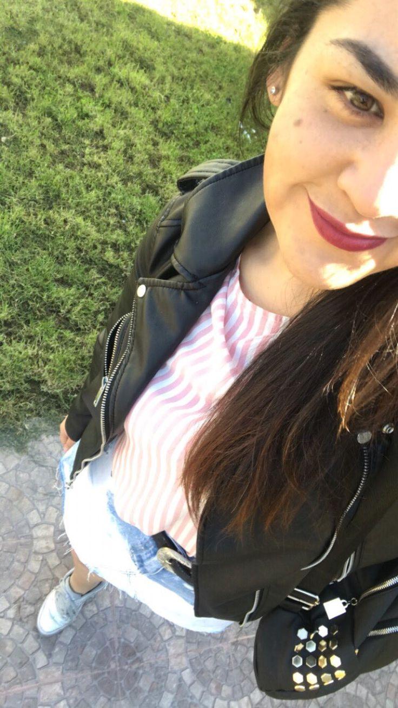 Blusa a raya con mangas anchas Chaqueta de cuero negra  Minifalda mezclillla  Zapatillas reebook plateadas
