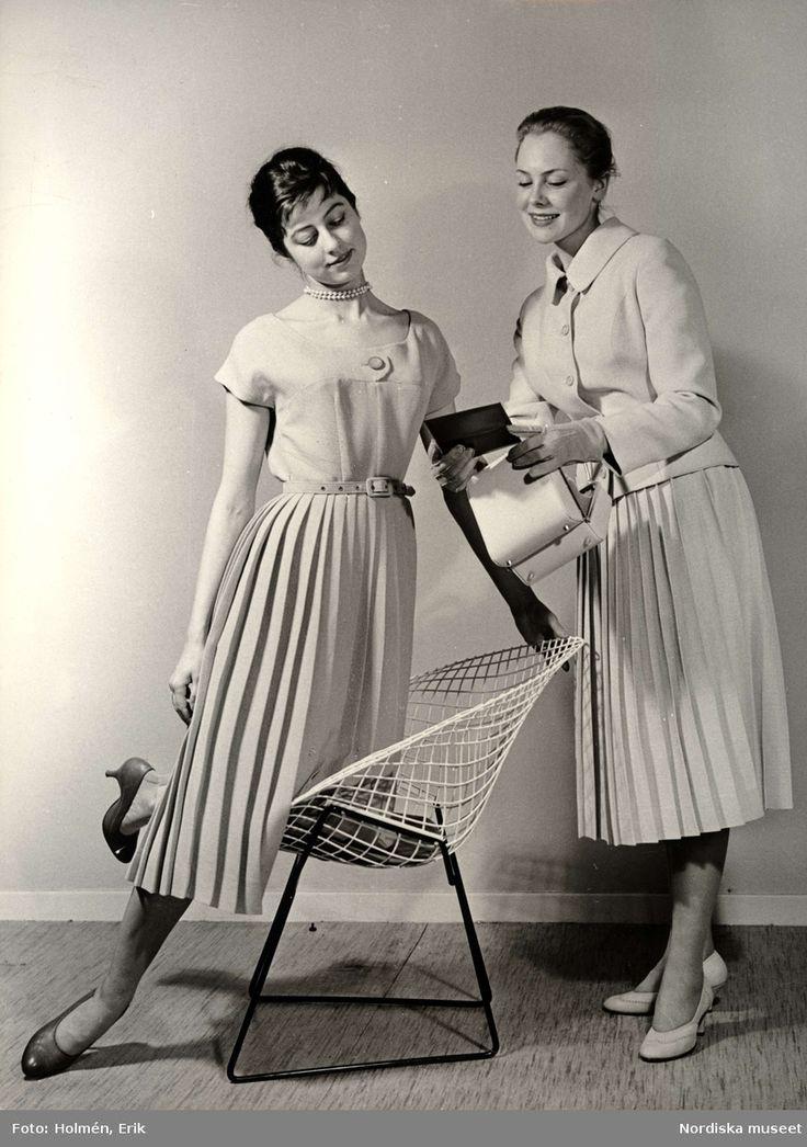 Tonårsmodet, 1957. Kläderna från Fougstedt. Jacka och klänning kostade 179 kronor. Foto: Erik Holmén för Nordiska Kompaniet