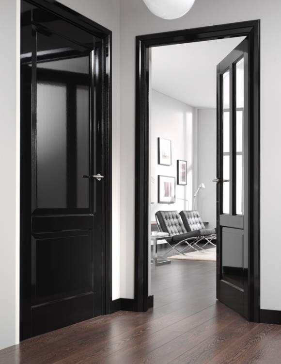 zwart hoogglans deuren en deurposten en plinten