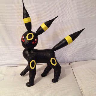 Fabrica un pokemon de tipo Umbreon usando papel maché y botellas de plástico