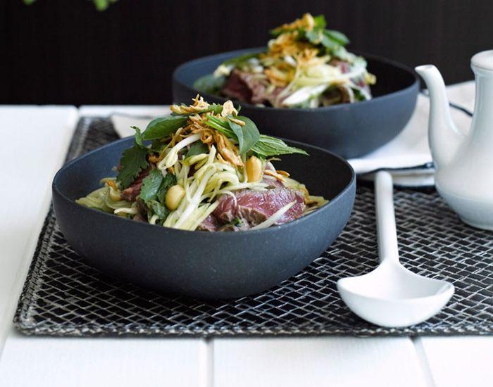 Frisk biffsalat fra Thailand med friske og spennende smaker fra koriander, mango og mynte - Tara