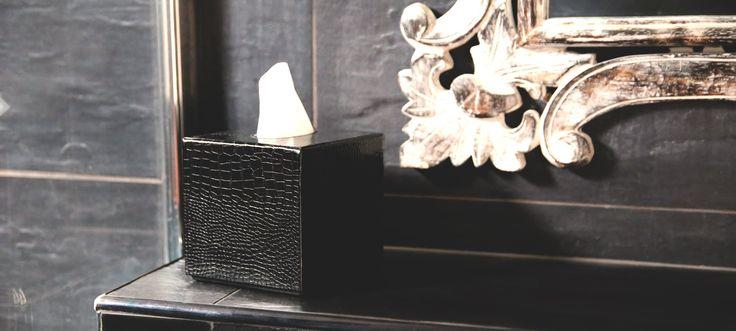 Ce cache pour boîte de mouchoirs carré est constitué de deux parties coulissantes. Vous posez la boîte en carton dans le bac inférieur, puis vous refermez avec la partie supérieure, en cuir naturel.