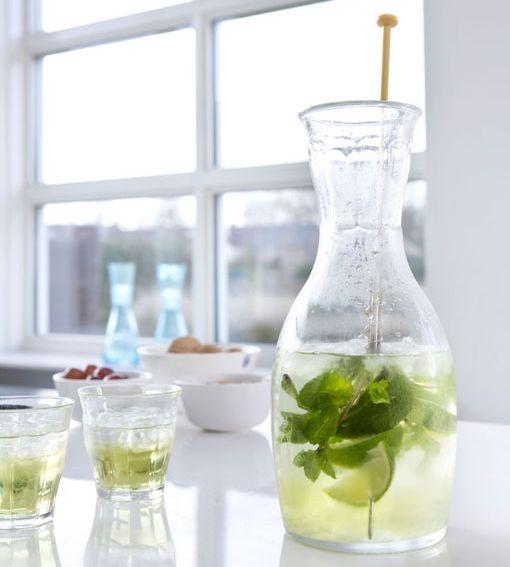Agua aromatizada en jarra de cristal