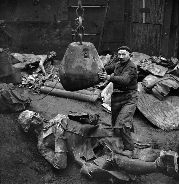 Pierre Jahan - Destruction des statues pour récupérer les métaux. La statue du Marquis de Condorcet. Paris, 1941