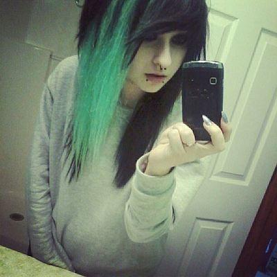 AlyssaEatsChildren green  black scene hair