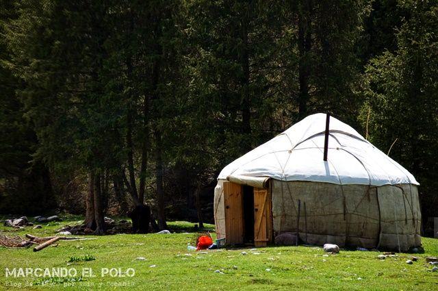 Al Kiriguistán hi ha gent que viu en iutres: Una part de la població del Kirguizistan segueix sent nòmada. O bé, en realitat semi-nòmada, perquè no és que viuen en constant moviment, sinó que tenen un lloc on viuen a la primavera / estiu i un altre per a tardor / hivern, sempre depenent de la disponibilitat de vegetació per alimentar els seus animals.