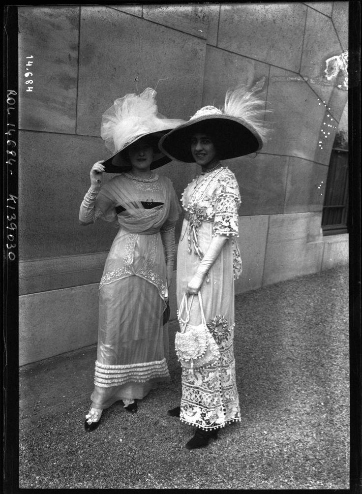 Des courses hippiques ont lieux à Longchamp, au Bois de Boulogne près de Paris, depuis 1857. Dans les années 1910 et 1920, alors que les premiers défilés de mode modernes étaient organisés, les couturiers envoyaient régulièrement des modèles portants leurs dernières créations se montrer autour des courses de chevaux. [Via]