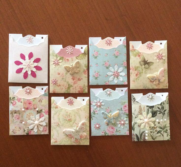 Ajándékkísérő kártya tokban Virág és lepke mintás