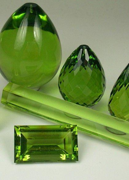 Außergewöhnlich und perfekt für die Verarbeitung zu Ohrringen, auf Grund ihres geringen Gewichts, eignen sich geschliffene grüne Bernstein-Pampeln