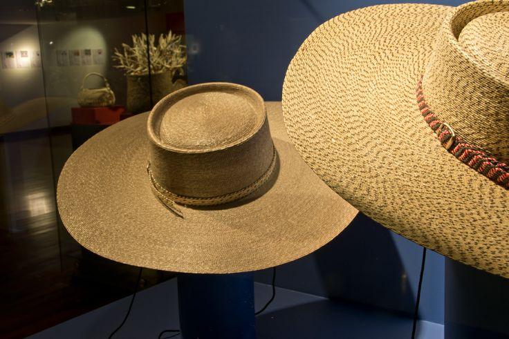 """Muestra """"Artesanos Contemporáneos"""" del MAPA que contempló tallados en madera, orfebrería, talabartería, textil, cerámica y cestería. 2013."""