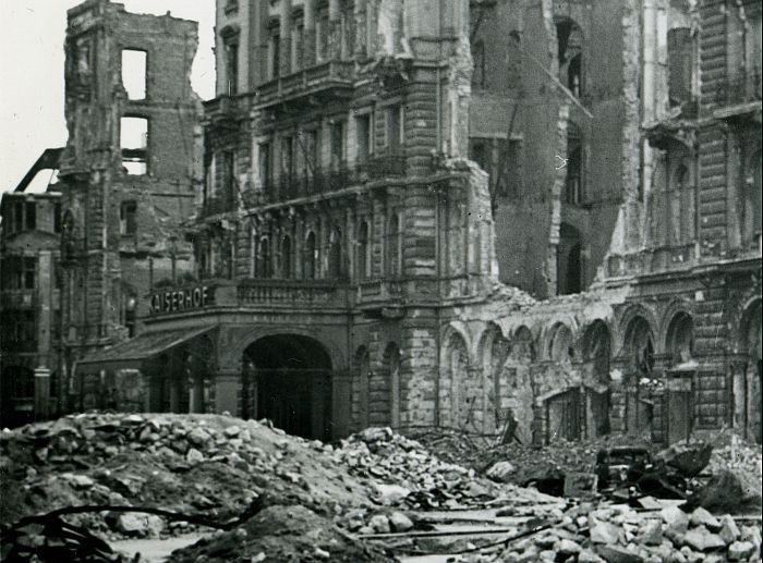 Hotel Kaiserhof Wilhelmplatz im Jahre 1945