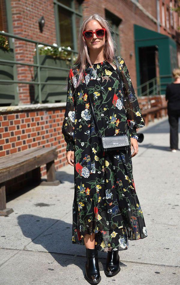 1958c439d1 O vestido de manga comprida floral ganha uma nova cara com a botinha de  cano curto